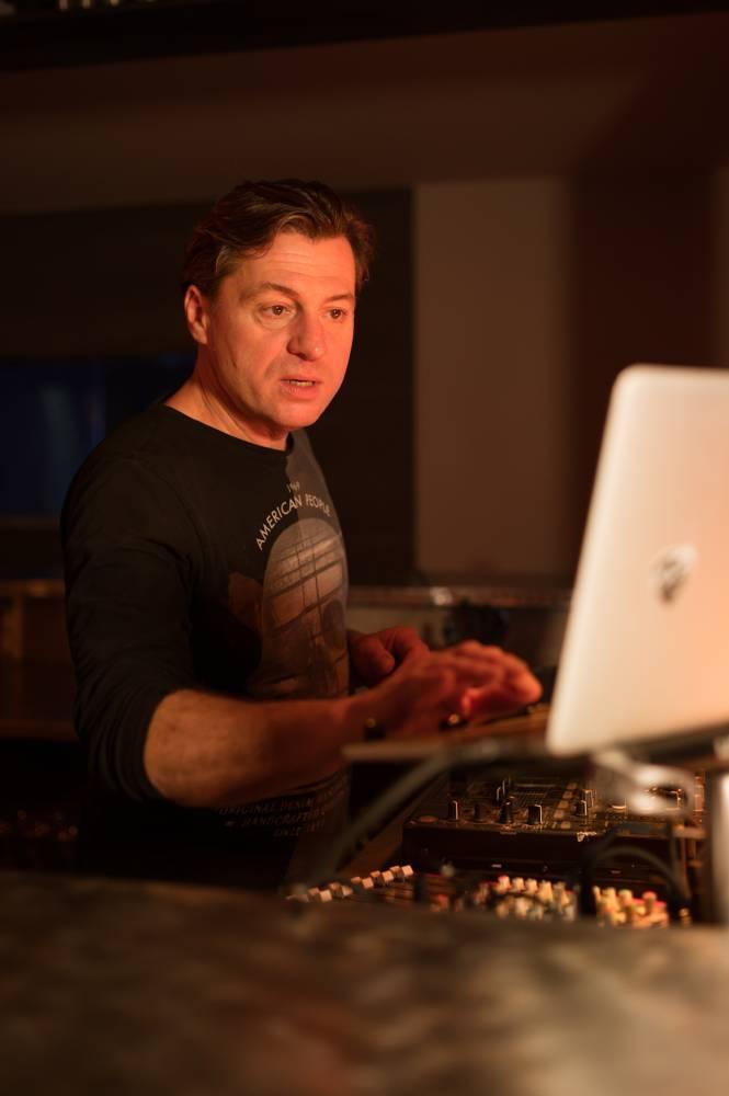 DJ en train de selectionner un morceau de musique sur ordinateur, photo d'entreprise prise par Florence Martin, photographe professionnelle dans le Var et les Alpes Maritimes
