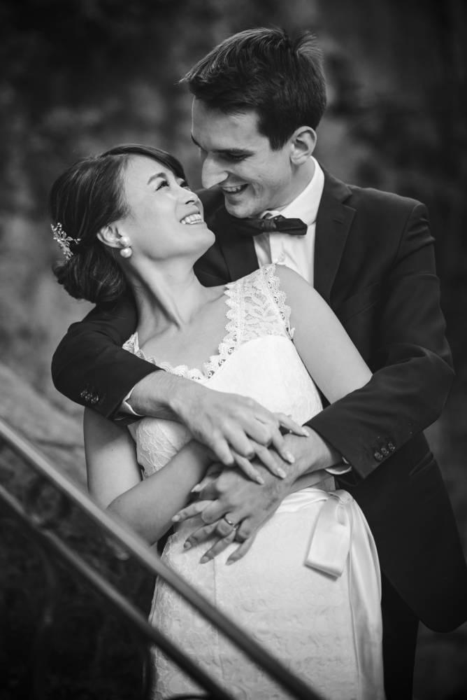 Photo de mariage en noir et blanc, les époux se regardent dans les yeux, prise par Florence Martin, photographe de mariage dans le Var et les Alpes maritimes