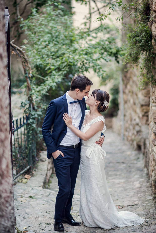 photo de mariage, le couple se regarde dans une ruelle dans le Haut Var prise par photographe de mariage