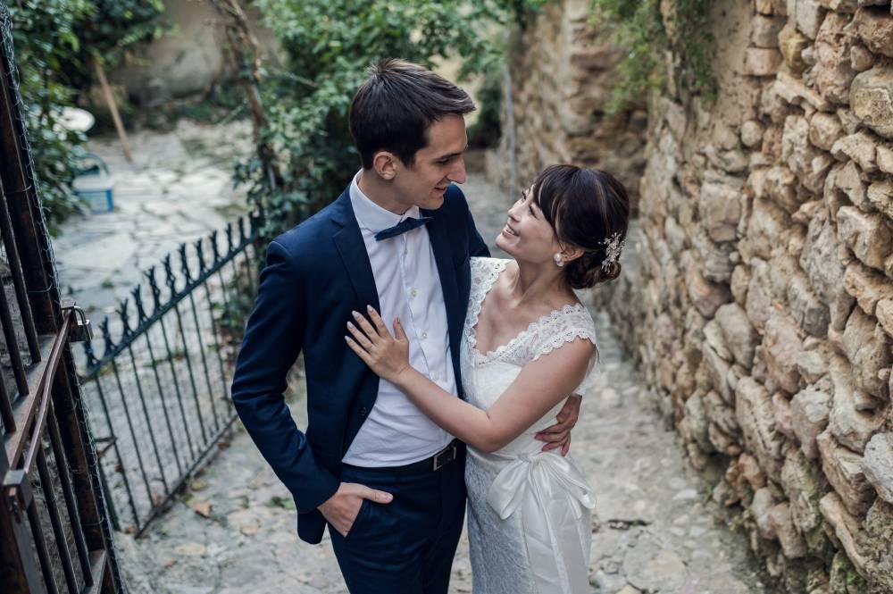 les mariés se regardent affectueusement dans une ruelle dans le Haut Var photo prise par Florence Martin, photographe de mariage dans le Var et les Alpes Maritimes