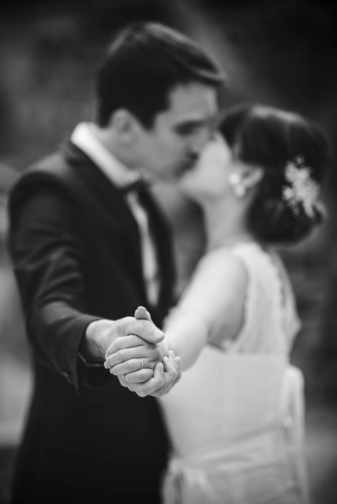 photo de mariage prise par Florence Martin photographe de mariage, les mariés s'embrassent