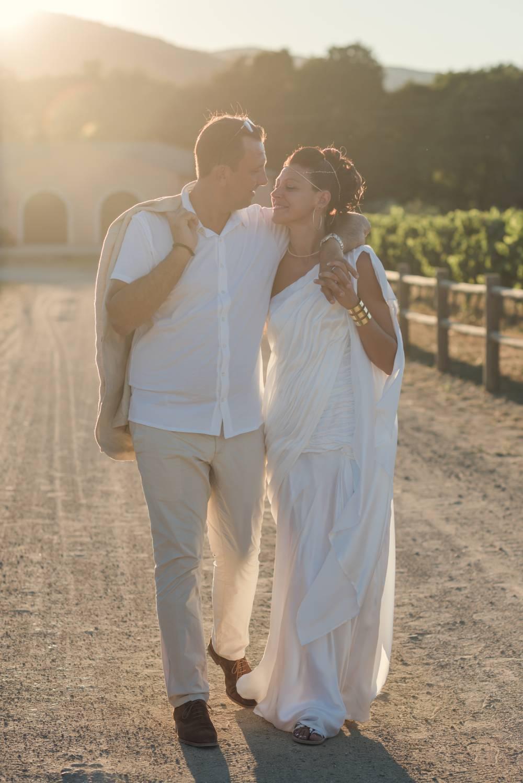 Couple de mariés se baladent dans les vignes, photo prise par photographe de mariage dans le var