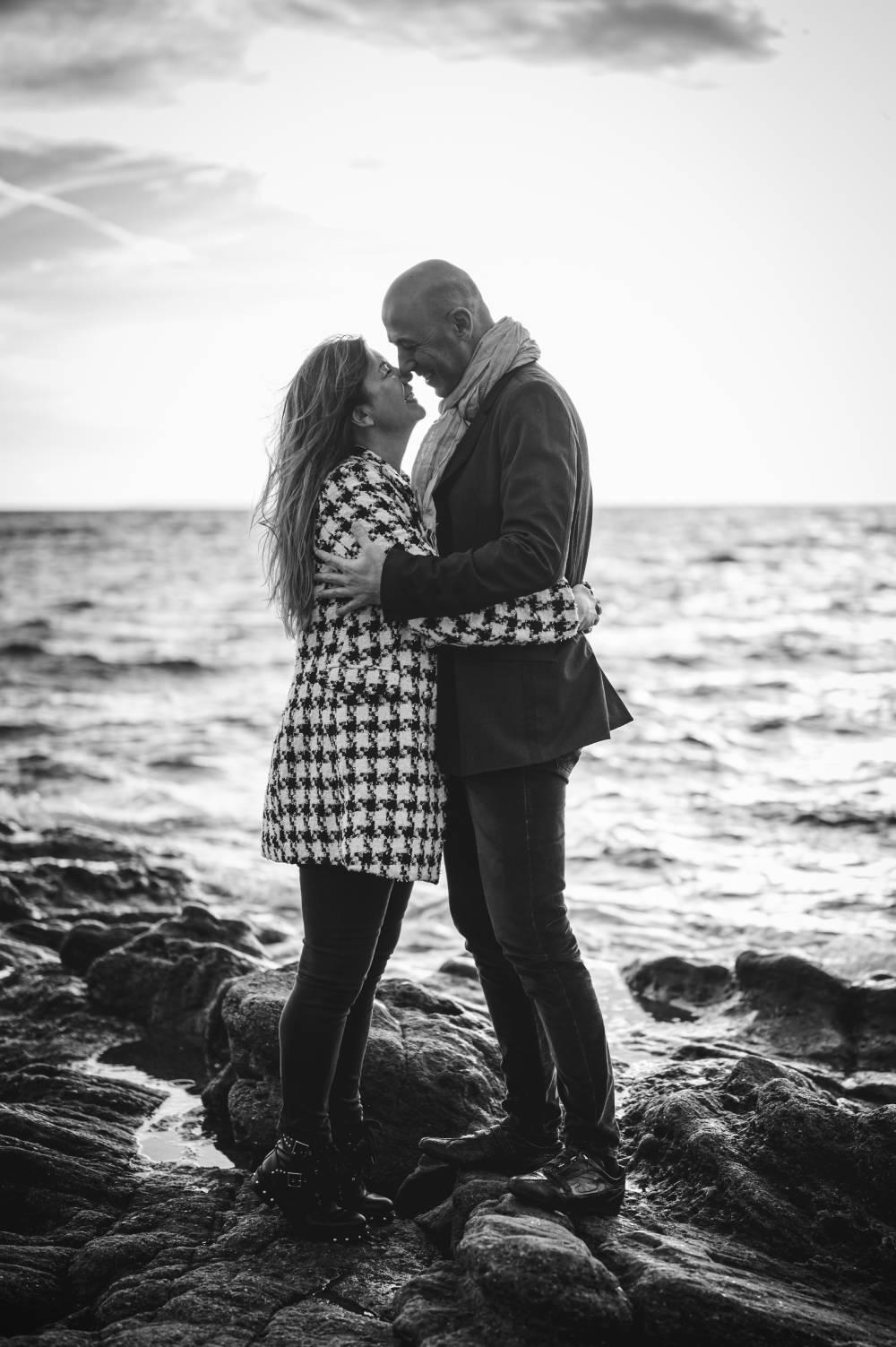 photo d'un couple amoureux sur la plage du Débarquement pris par photographe professionnel