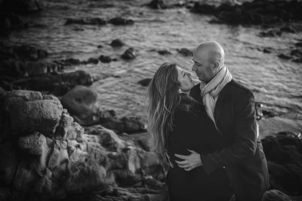 Photo en noir & blanc d'un couple amoureux qui vont s'embrasser prise par Florence Martin photographe professionnelle dans le Var et les Alpes Maritimes