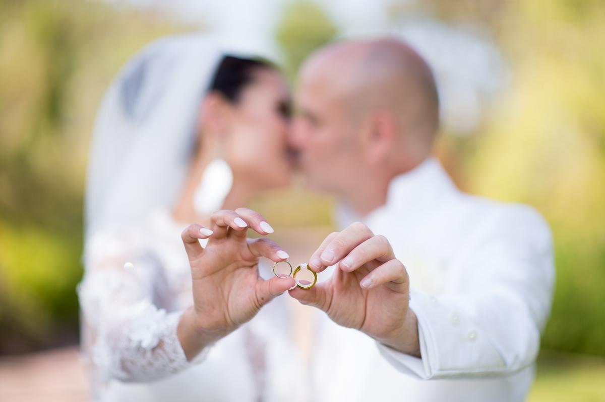 les mariés s'embrassent en montrant leurs alliances, photo prise par Florence Martin photographe professionnelle dans le Var et les Alpes Maritimes