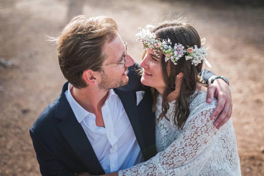 Les mariés se regardent plein d'amour, photo prise par Florence Martin, photographe de mariage dans le Var et les Alpes Maritimes