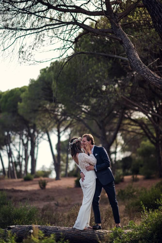 Les mariés s'embrassent dans la forêt, photo prise par Florence Martin, photographe de mariage dans le Var et les Alpes Maritimes