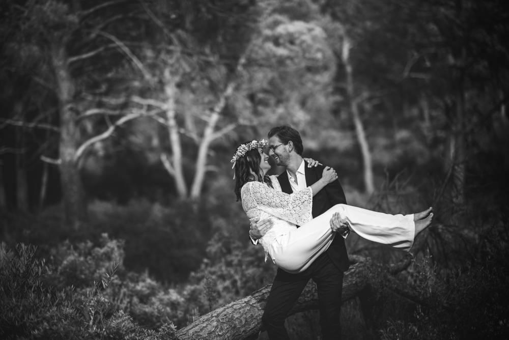 photo de mariage en noir et blanc dans la forêt