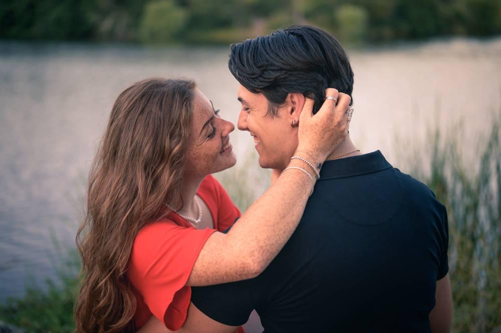 Photo d'un jeune couple qui se regarde intensément à coté d'un plan d'eau prise par Florence Martin photographe professionnelle dans le Var et les Alpes Maritimes