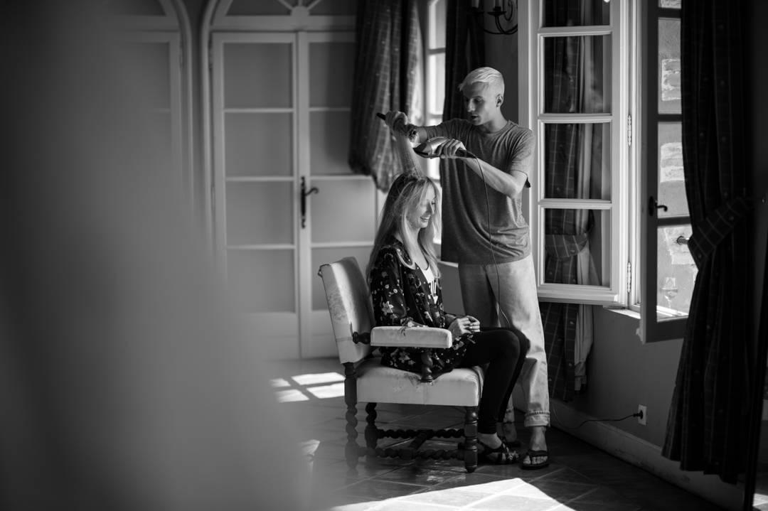 Le coiffeur prépare la marié pour son mariage, photo prise par Florence Martin photographe professionnelle dans le Var et les Alpes Maritimes