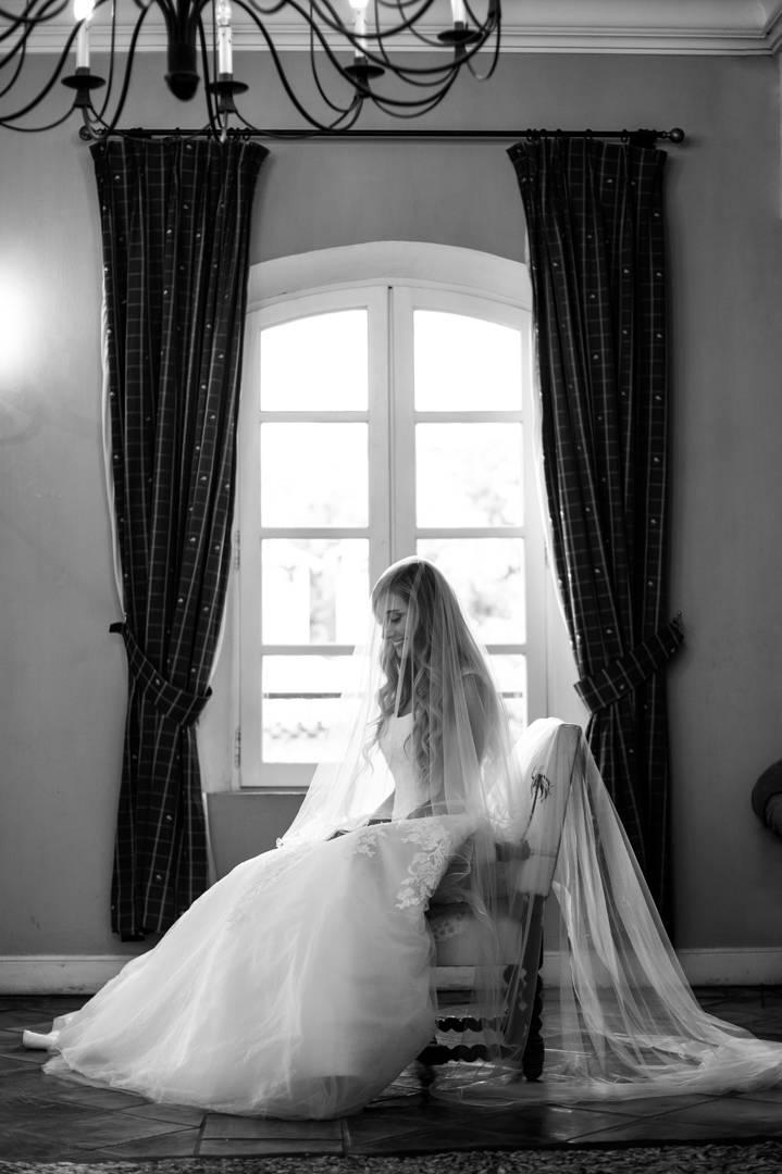 La marié est prête et attend le début de la cérémonie, photo prise par Florence Martin photographe professionnelle dans le Var et les Alpes Maritimes