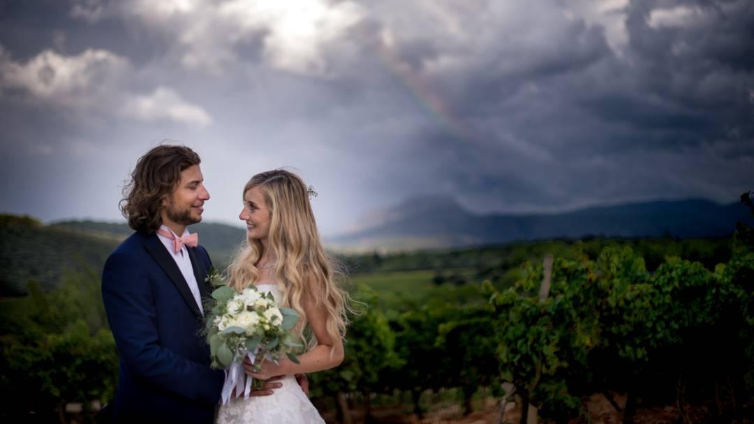 les mariés font une seance photo dans les vignes, photo prise par Florence Martin photographe professionnelle dans le Var et les Alpes Maritimes