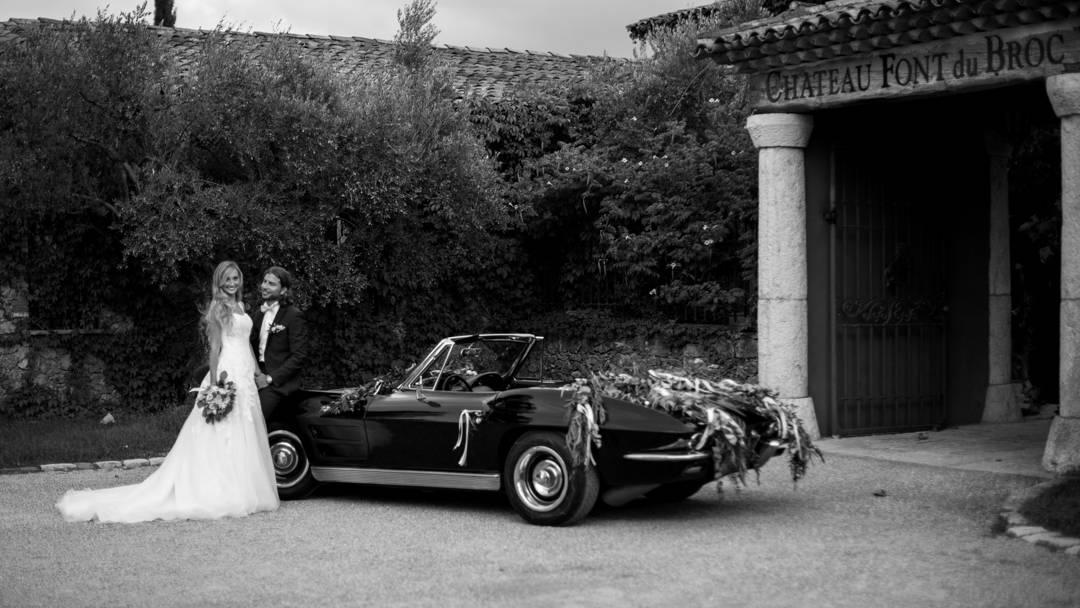 Les mariés posent devant la voiture décorée, photo prise par Florence Martin photographe professionnelle dans le Var et les Alpes Maritimes