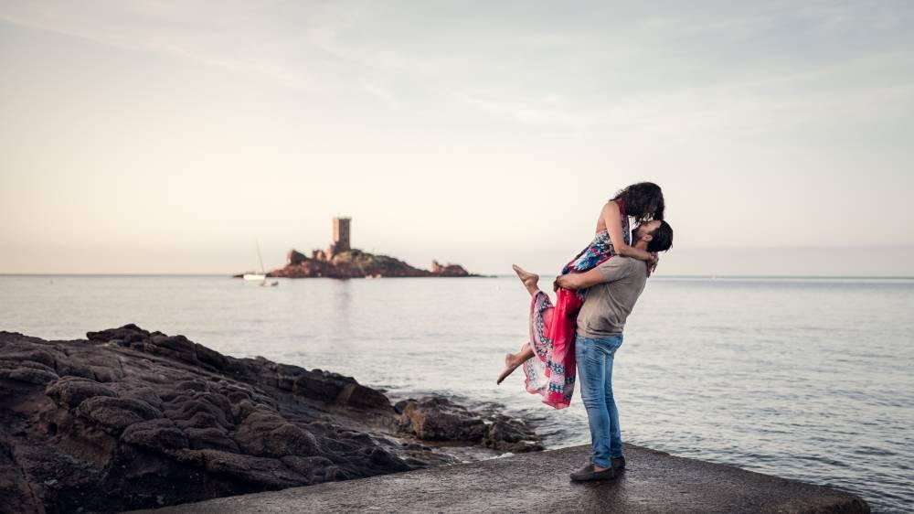 Un mari soulève sa femme devant l'ile d'or, photo prise par Florence Martin photographe professionnelle dans le Var et les Alpes Maritimes