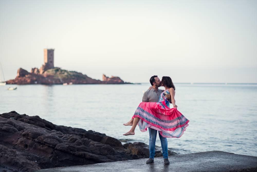 Photo d'un homme qui porte une femme en l'embrassant devant l'ile d'or prise par Florence Martin photographe professionnelle dans le Var et les Alpes Maritimes