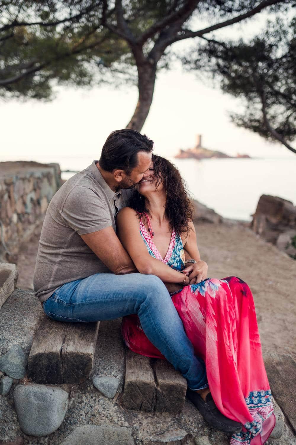 photo d'un couple amoureux sur la plage au Dramont dans le Var prise par photographe professionnel dans le Var