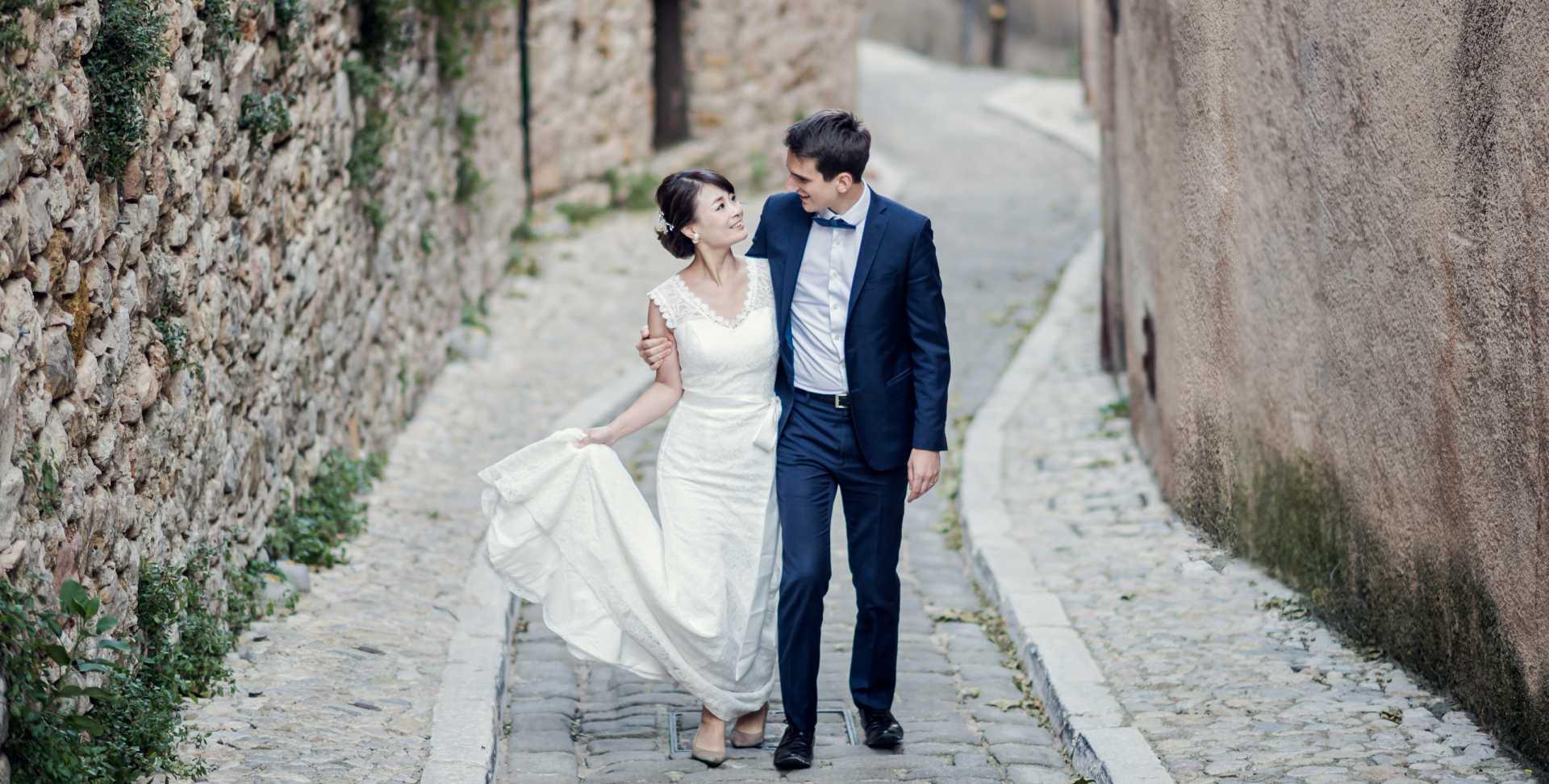 photo de mariage par photographe professionnel montrant les 2 mariés dans une petite ruelle