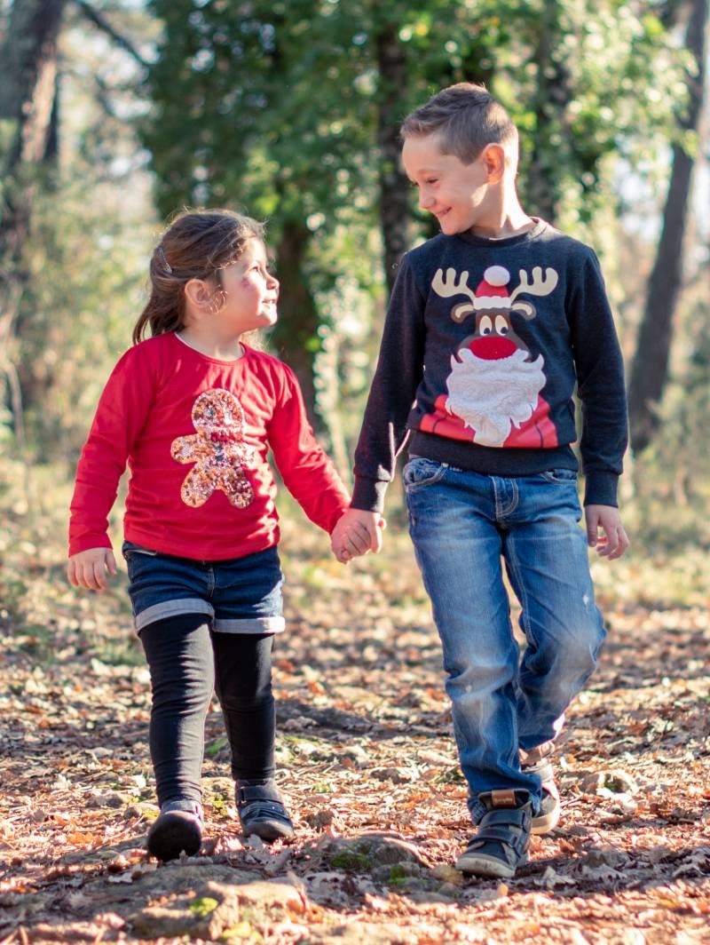 photo de deux enfants dans la foret pris par photographe professionnel de famille