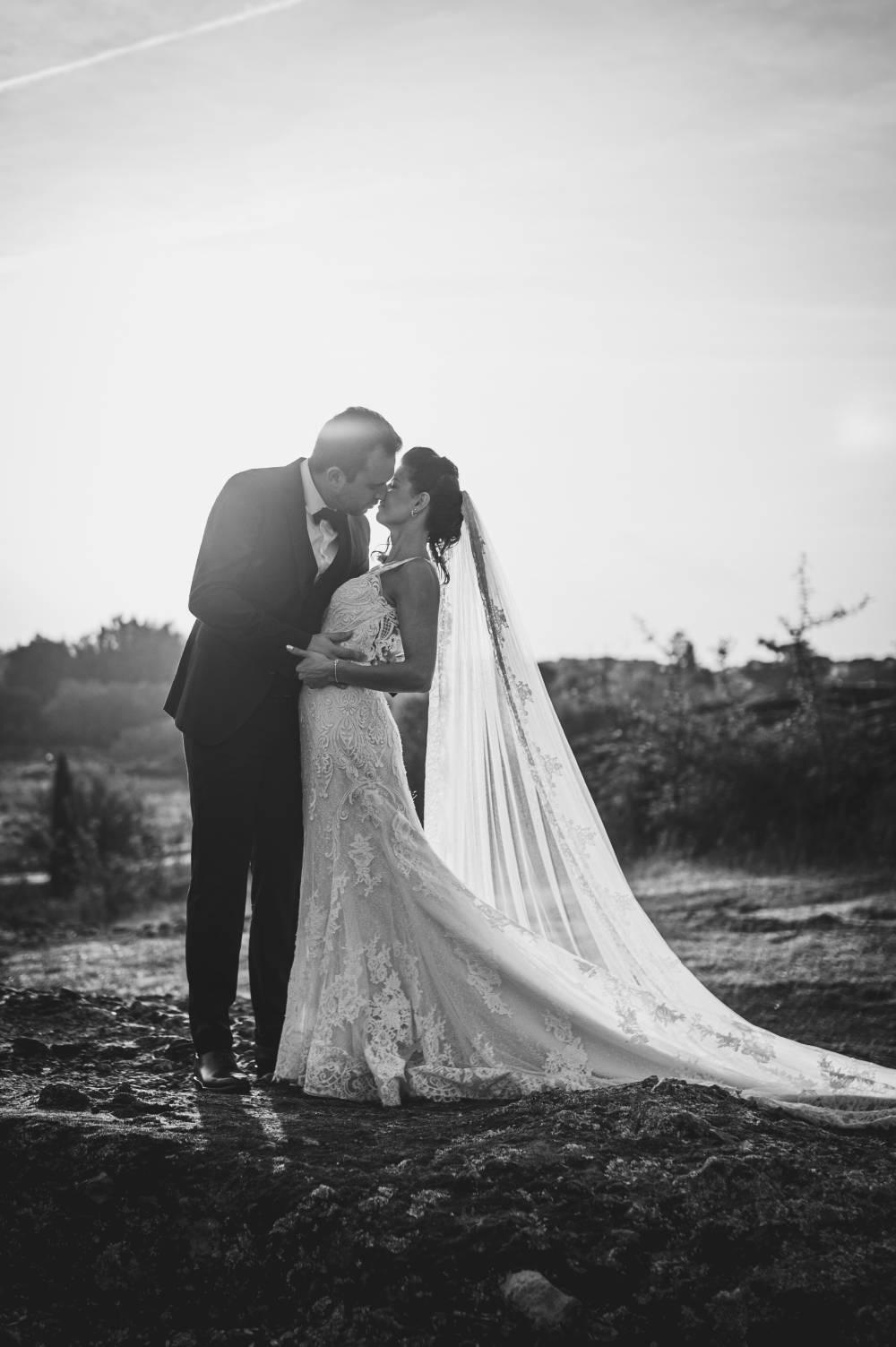 photo des mariés qui s'embrassent pris par par photographe professionnel de mariage